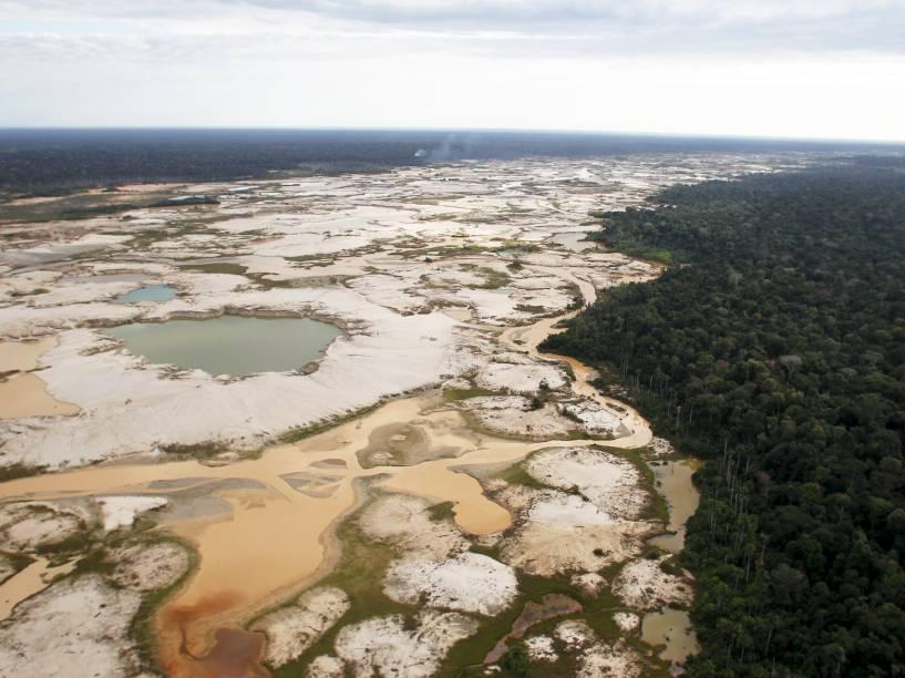 Área desmatada pela mineração ilegal de ouro é vista na zona conhecida como Mega 14 no sul da região de Madre de Dios, Peru - 16/07/2015