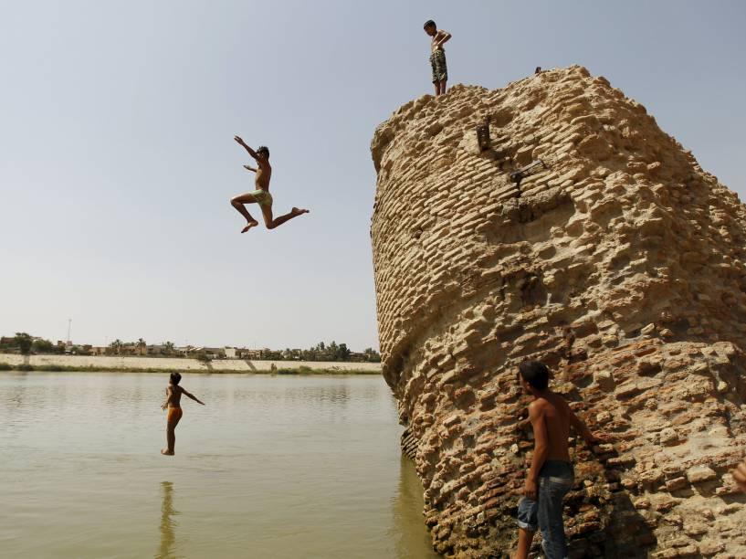Moradores mergulham no rio tigre para refrescar, em Adhamiya, norte de Bagdá. O governo do Iraque declarou feriado oficial nesta quinta-feira devido a uma forte onda de calor - 16/07/2015