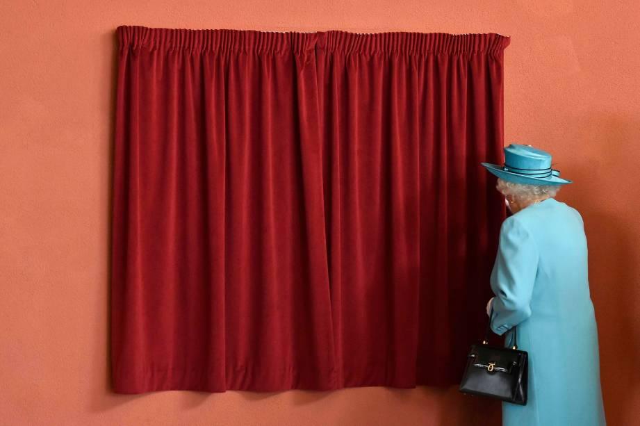 Rainha Elizabeth II se prepara para revelar uma placa durante visita a uma escola em Dagenham, leste de Londres - 16/07/2015