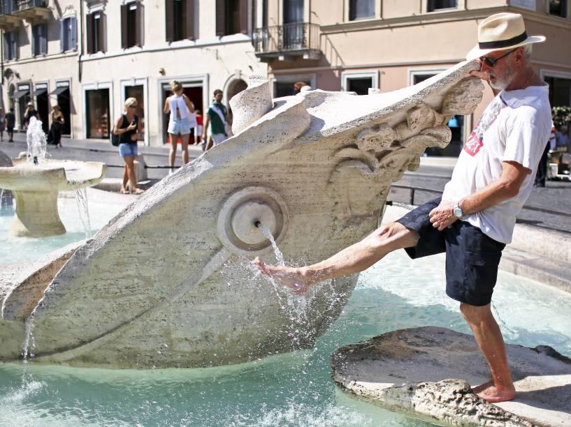 Homem se refresca em uma fonte durante dia de calor em Roma, Itália - 17/07/2015