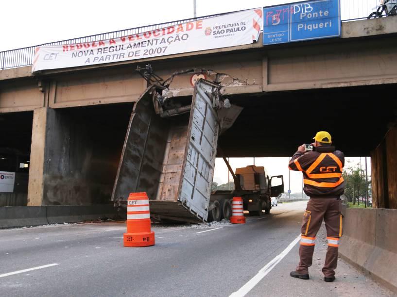 Um caminhão ficou preso na madrugada desta sexta-feira (17) sob a ponte do Piqueri, na pista central da marginal Tietê, na zona norte de São Paulo. Uma pessoa ficou ferida - 17/07/2015