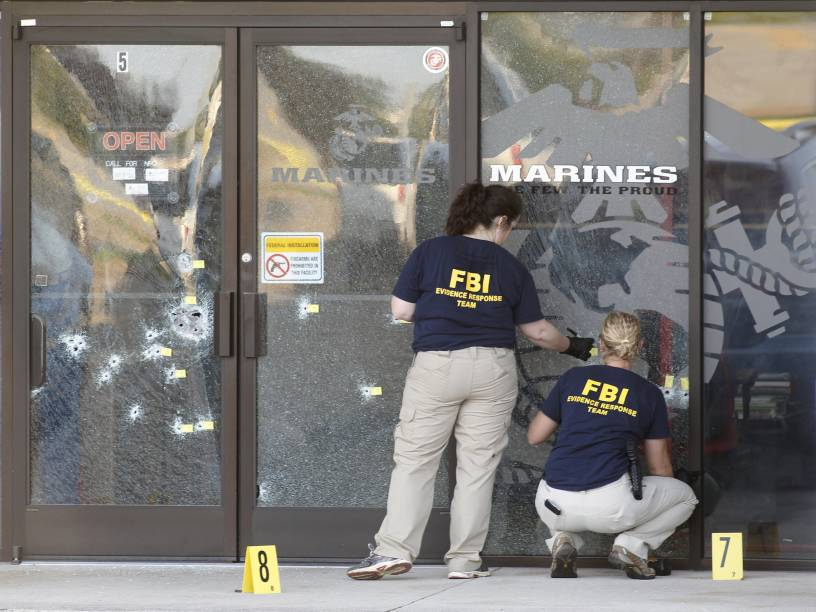 Agentes do FBI trabalham na cena de um tiroteio em um Centro das Forças Armadas em Chattanooga, Tennessee (EUA). Quatro militares foram mortos e três pessoas ficaram feridas. O atirador foi morto pela polícia - 16/07/2015