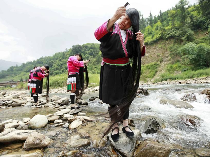 Mulheres da etnia Yao escovam o cabelo na aldeia de Guilin, na China. A vila, que tem mais de 80 mulheres com o cabelo maior que 1,4 metro, sendo o mais longo com 2,2 metros, atrai cerca de 80 mil turistas por ano