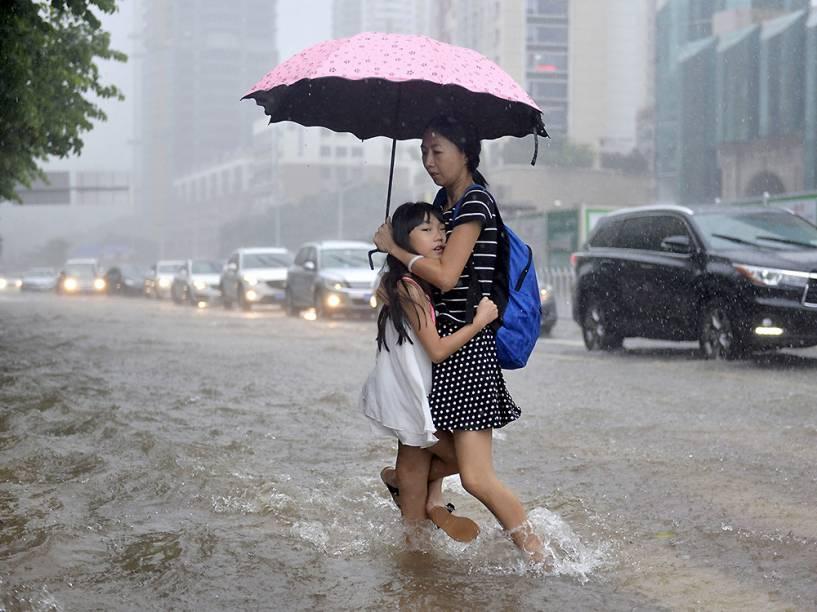 Pedestres em uma rua inundada de Shenzhen, na China. Cerca de um milhão de pessoas foram afetadas pelas chuvas em várias províncias do país