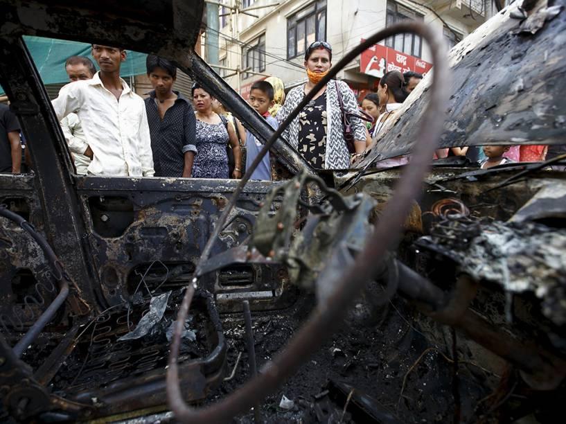 Em Catmandu, um táxi foi queimado por manifestantes durante a greve geral convocada pela facção dos ex-rebeldes maoístas, que protestam contra o primeiro rascunho da nova constituição do Nepal