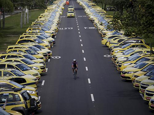 Protesto contra o aplicativo Uber no Aterro do Flamengo, no Rio de Janeiro. O aplicativo conecta motoristas autônomos e usuários em busca de transporte e é considerado uma concorrência desleal pelos taxistas
