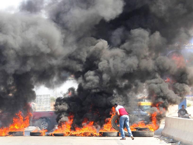 Manifestantes bloqueiam uma estrada em Jiyyeh, ao sul de Beirute, durante protesto contra uma crise na coleta de lixo na capital do Líbano - 27/07/2015
