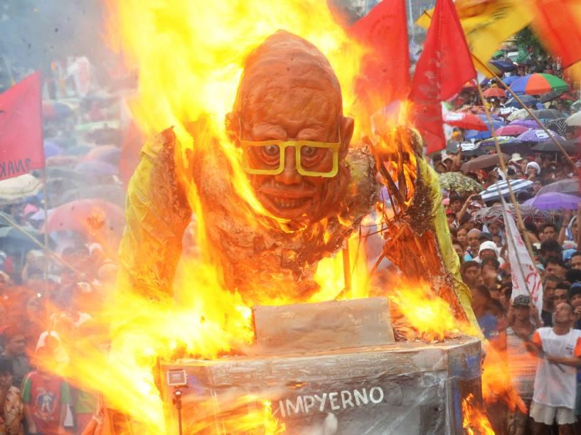 Manifestantes queimam um boneco do presidente das Filipinas, Benigno Aquino, durante protesto em Quezon - 27/07/2015