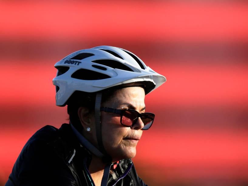A presidente Dilma Rousseff é vista andando de bicicleta próximo ao Palácio da Alvorada, Brasília (DF) - 27/07/2015