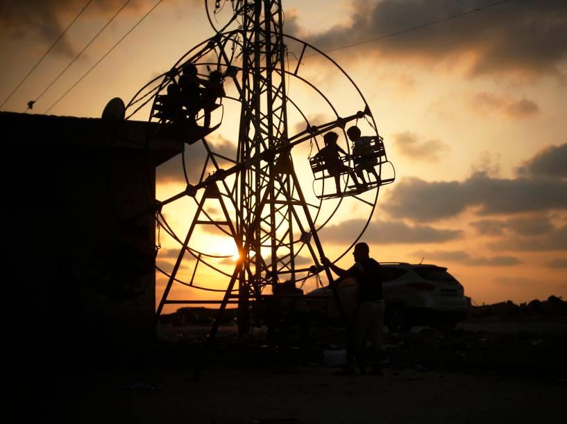 Crianças palestinas brincaram em uma roda gigante no norte da Faixa de Gaza
