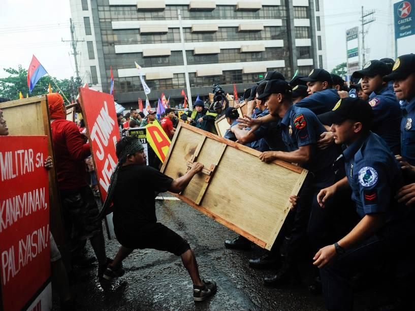 Manifestantes anti governo entram em confronto com a polícia durante protesto contra o presidente Benigno Aquino em Manila, nas Filipinas - 27/07/2015