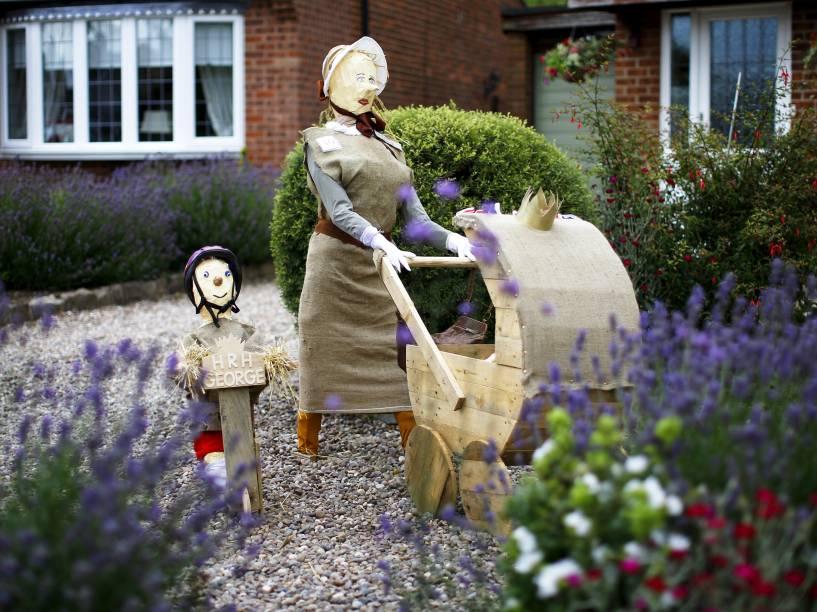 Um espantalho do príncipe George e da princesa Charlotte com a babá foi visto em um jardim durante o Festival de Espantalhos em Heather, na Grã-Bretanha. Anualmente o evento busca arrecadar dinheiro para grupos e instituições de caridade locais