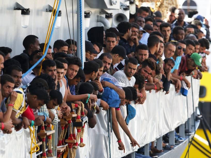 Imigrantes esperam para desembarcar no porto siciliano de Messina, na Itália - 29/07/2015