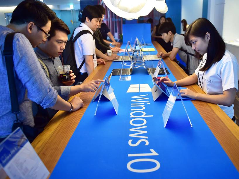 Durante evento de lançamento em Seul, na Coreia do Sul, visitantes fazem teste com o Windows 10, novo sistema operacional para computadores, celulares e tablets da Microsoft - 29/07/2015
