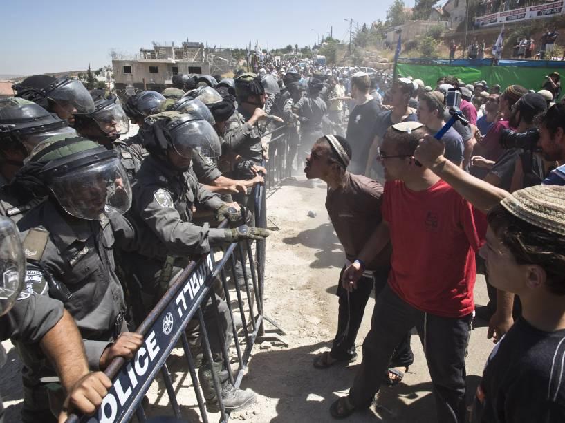 Colonos judeus protestam contra a demolição de dois prédios no assentamento de Beit El, próximo a Ramallah, na Cisjordânia. Israel aprovou a construção de 300 casas no assentamento judeu, anunciando ordem de demolição contra dois prédios vagos erguidos no local - 29/07/2015