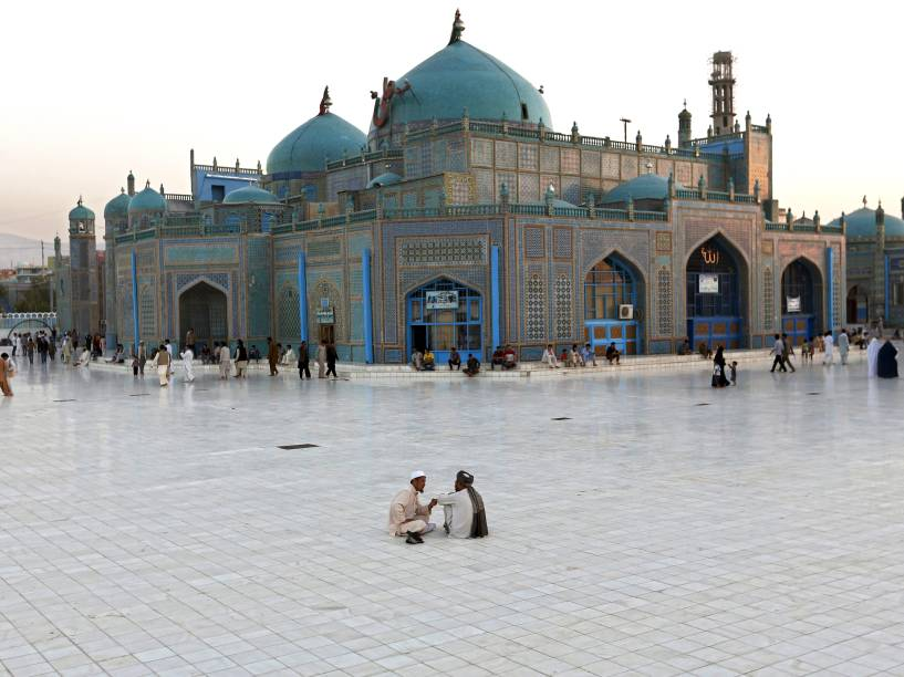 Em Mazar-i-Sharif, no norte do afeganistão, homens conversam em frente ao santuário de Imam Ali, filho do profeta Maomé - 29/07/2015