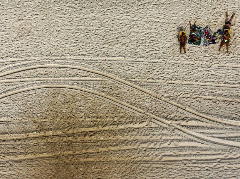 Banhistas aproveitaram o sol para se bronzear na praia da Barra da Tijuca, no Rio de Janeiro