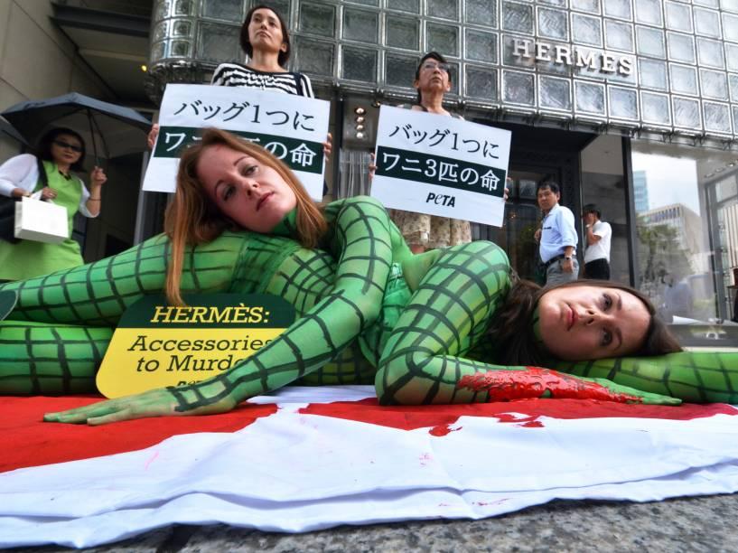 Ativistas do PETA (Pessoas pelo Tratamento Ético dos Animais) protestaram em frente a uma loja de luxo em Tóquio, contra a matança de jacarés para a produção de bolsas e sapatos de couro