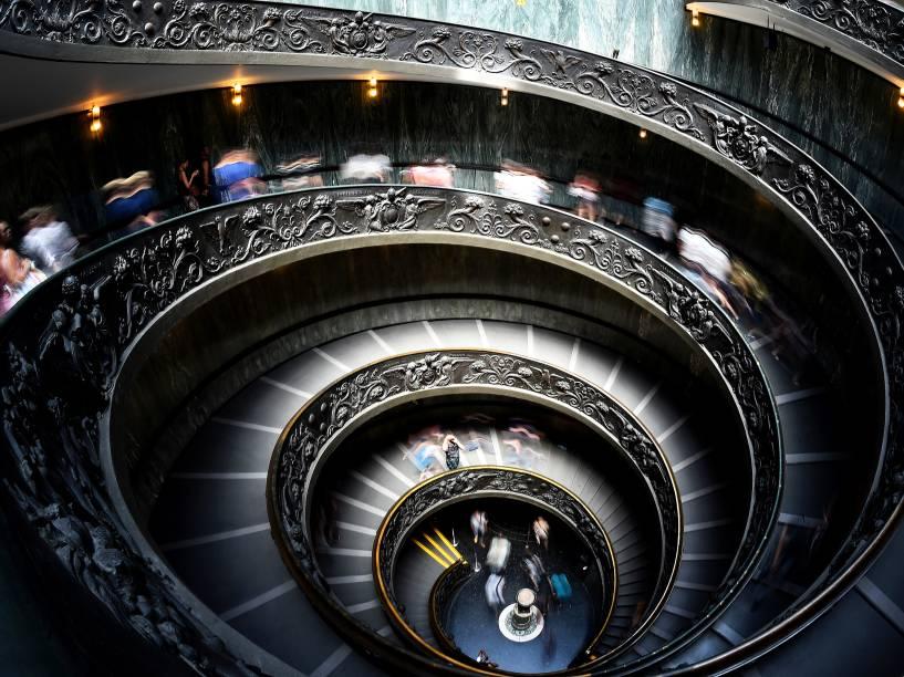 Visitantes deixaram o Museu do Vaticano através da escada em espiral projetada por Giuseppe Momo em 1932