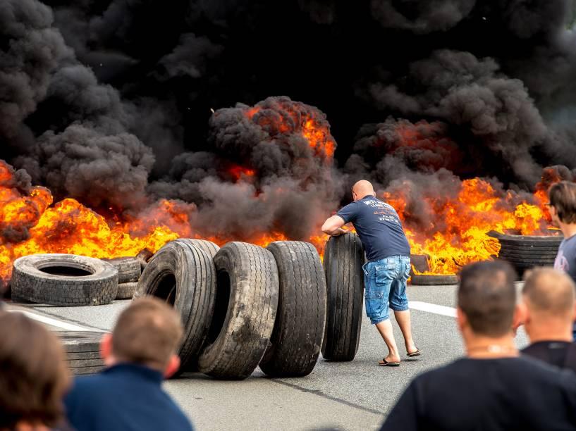 Durante protesto, funcionários de uma empresa de transporte bloquearam acesso à sede da companhia em Calais, no norte da França