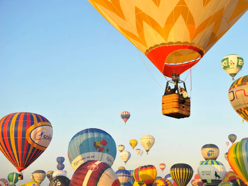 "Balões voaram sobre Chambley-Bussieres, na França, como parte do evento anual ""Lorraine Mondial Air Ballons"""