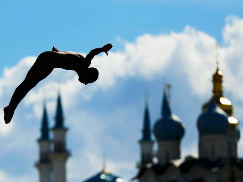 O atleta mexicano, Sérgio Guzman, saltou de plataforma de 27 metros durante Campeonato Mundial de Esportes Aquáticos em Kazan, na Rússia
