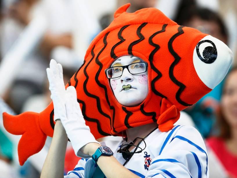 Mulher usou fantasia de peixe enquanto assistia ao Campeonato Mundial de Esportes Aquáticos em Kazan, Rússia