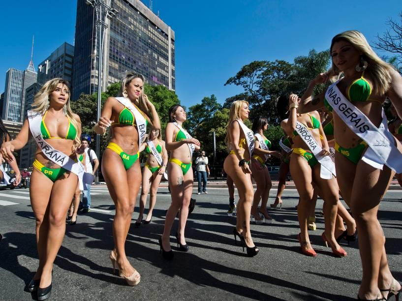 Modelos de biquini desfilaram na Avenida Paulista, em São Paulo, para promover o concurso de Miss Bumbum