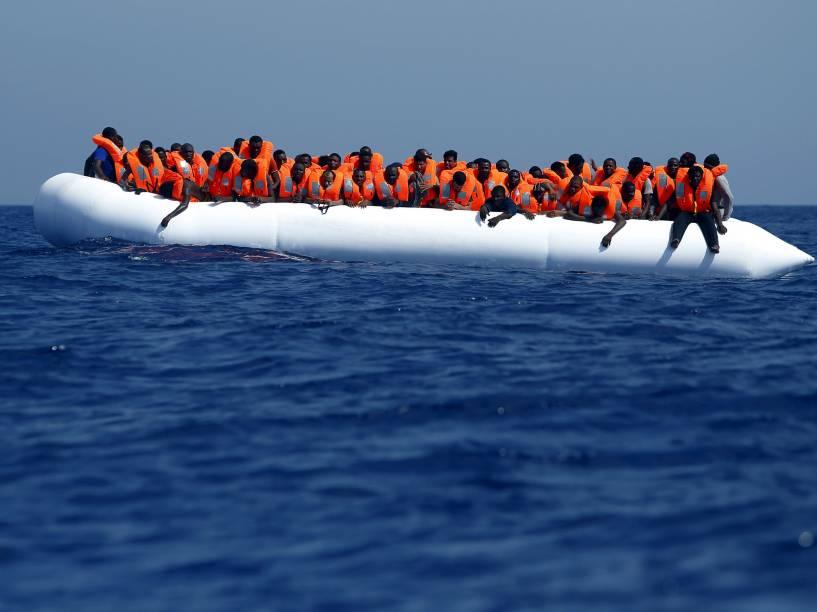 Imigrantes aguardaram resgate sobre um bote de borracha a cerca de 32 km da costa da Líbia, no Mediterrâneo. Cerca de 118 imigrantes foram resgatados pelo navio privado MV Phoenix, ocupado por integrantes de organizações não-governamentais