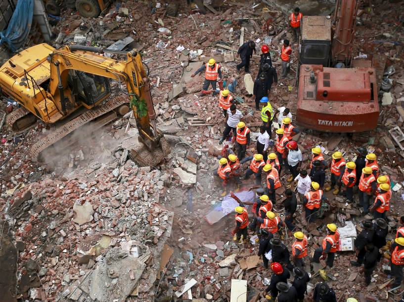 Equipes de resgate trabalham nos escombros de edifício residencial que desabou na cidade de Thane, próximo a Mumbai, na Índia. Segundo o porta-voz das equipes de emergência, o acidente deixou mais de 10 mortos - 04/08/2015