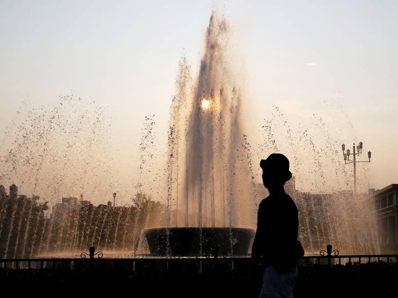 Homem observa fonte durante dia de verão no Parque Memorial da Paz, em Hiroshima, Japão - 04/08/2015