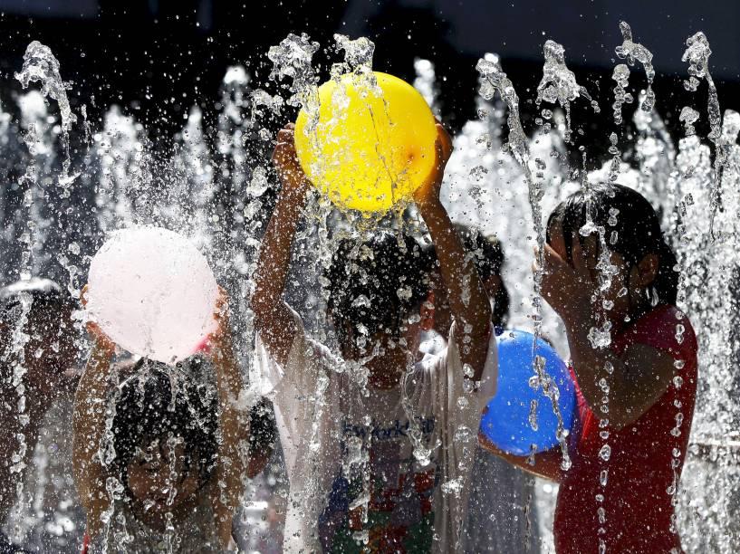 Crianças brincaram em fonte de água no parque de Tóquio, Japão. Pela primeira vez na história o país vem registrando recordes de calor, com temperaturas ultrapassando os 35ºC