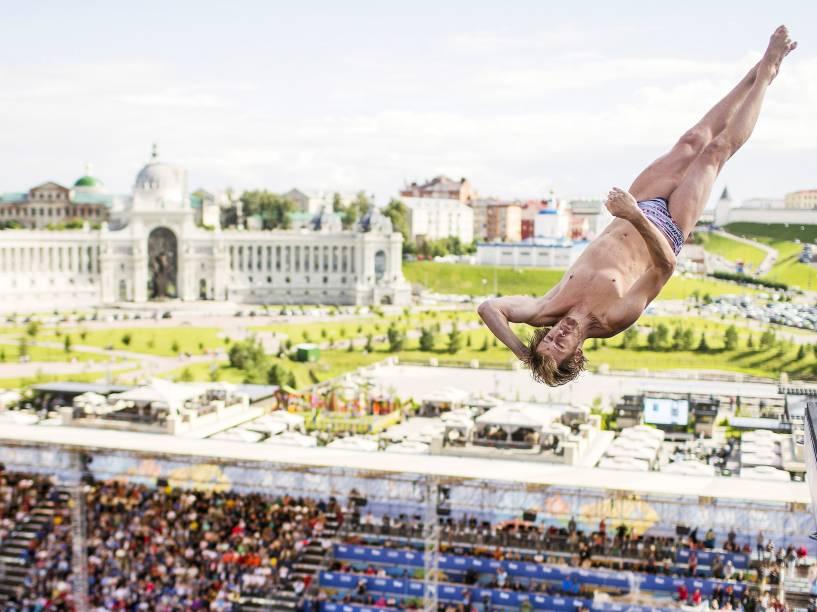 Gary Hunt, da Grã-Bretanha, saltou de uma plataforma de 27 metros durate o Campeonato Mundial de Esportes Aquáticos em Kazan, na Rússia