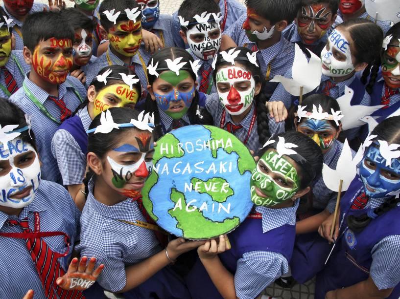 Em uma escola de Chandigarh, na Índia, alunos participam de homenagem aos 70 anos do bombardeio em Hiroshima e Nagasaki - 06/08/2015