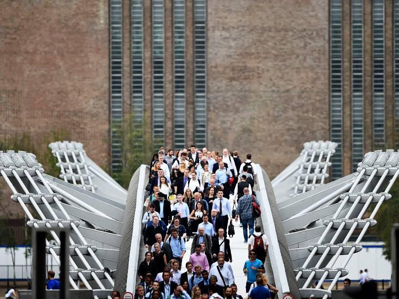 Sem metrô, londrinos atravessam o rio Tâmisa pela passarela Millennium. Pela segunda vez em um mês, a greve dos ferroviários provocou aglomerações e atrasos aos passageiros na manhã desta quinta-feira - 06/08/2015