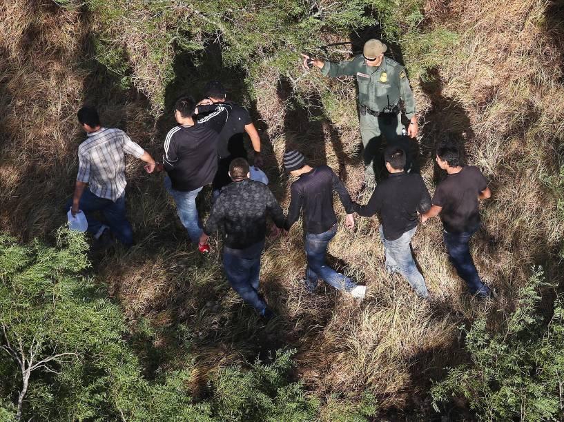 Agentes da Polícia de Fronteira dos Estados Unidos detém imigrantes sem documentos, perto da fronteira com o México, nos arredores da cidade de San Isidro, no estado do Texas - 06/08/2015