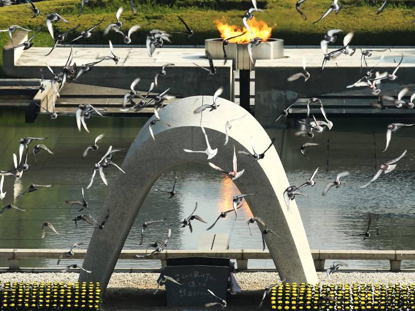 Pombas foram soltas em cerimônia no Memorial da Paz de Hiroshima, no Japão, para marcar o 70º aniversário do bombardeio atômico realizado pelos Estados Unidos, durante a Segunda Guerra - 06/08/2015