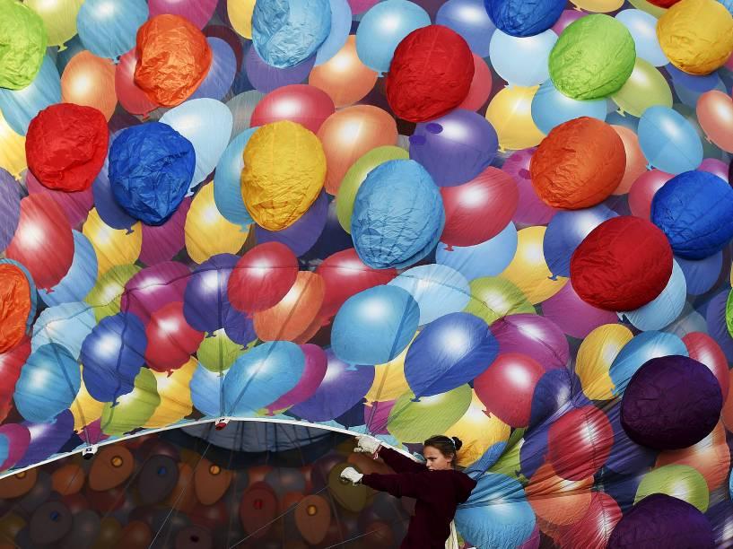 Balões são inflados durante o Festival Internacional de Bristol, no sudoeste da Inglaterra - 06/08/2015
