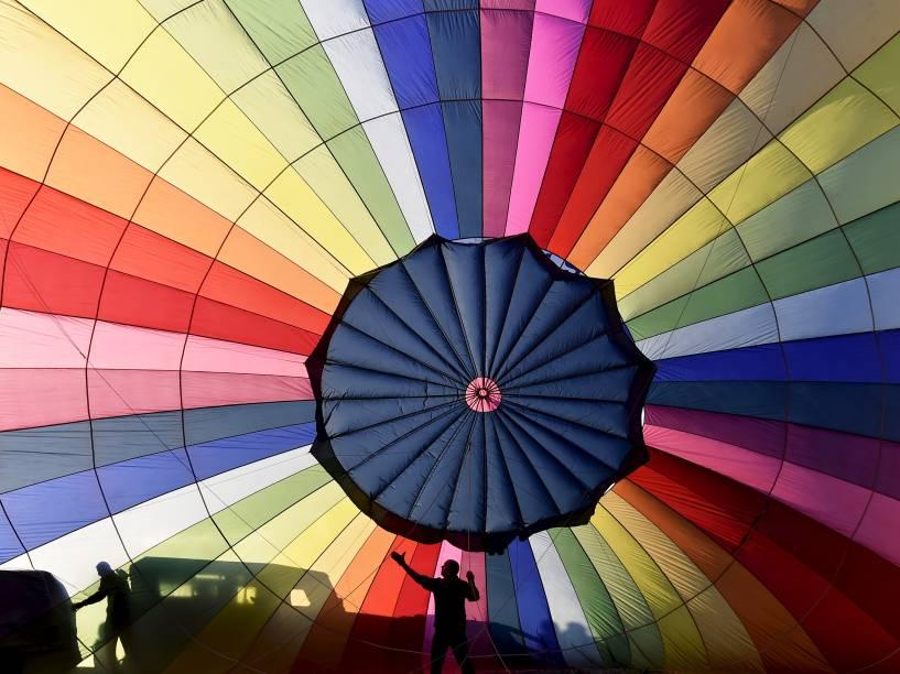 Equipe de balonismo trabalhou durante o Festival Internacional de Bristol, no sudoeste da Inglaterra