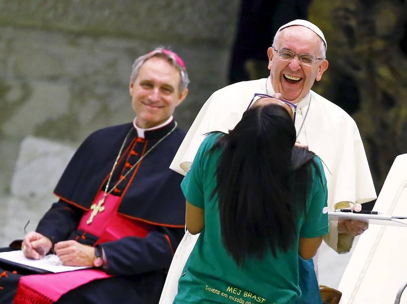 Papa Francisco brincou durante audiência especial com os membros da Eucaristia juvenil na Sala Paulo 6º, no Vaticano
