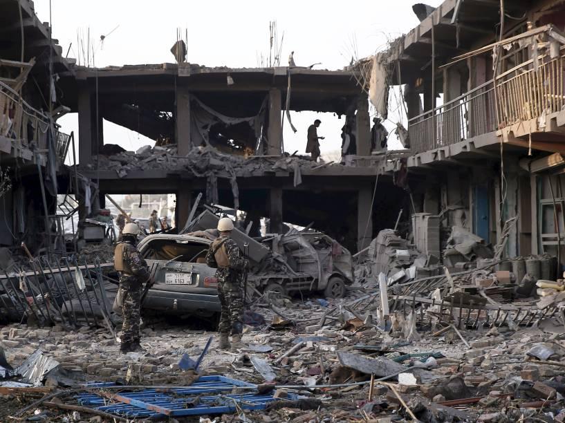 Soldados observaram prédio do exército destruído após explosão de um carro-bomba em Cabul, no Afeganistão