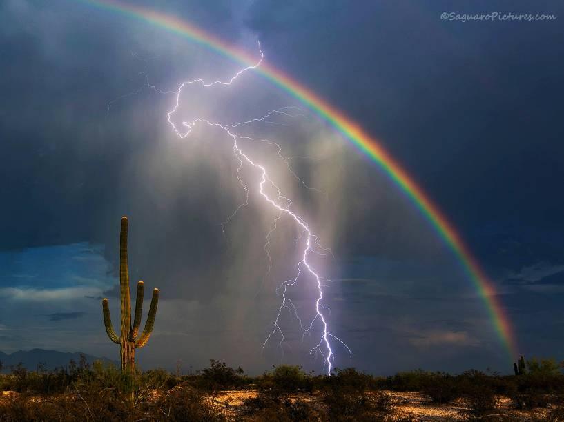 O fotógrafo do estado do Arizona, EUA, Greg McCown clica raio e arco-íris na mesma foto em deserto nos EUA
