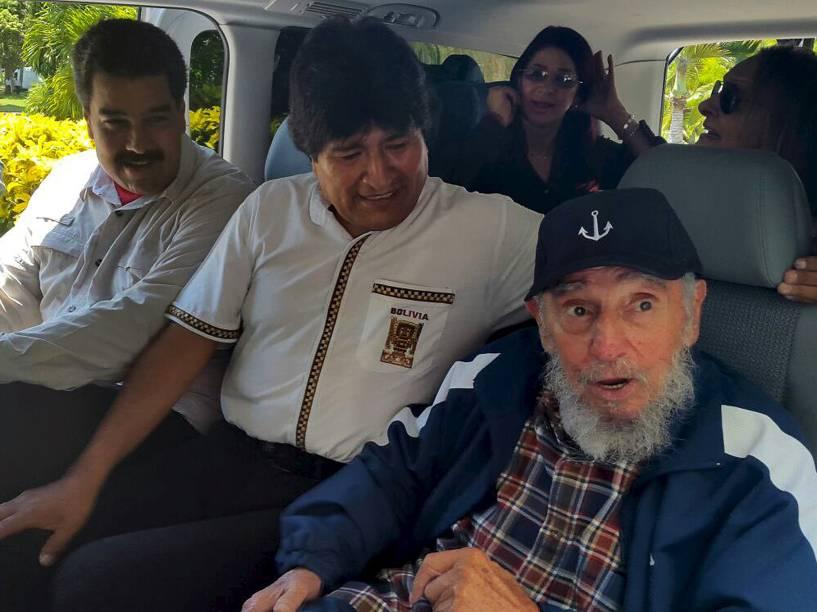 O ex-presidente de Cuba, Fidel Castro, e os presidentes da Bolívia, Evo Morales, e da Venezuela, Nicolás Maduro, são vistos em uma van em Havana, na quinta (13). Presidentes estão em Havana para celebrar os 89 anos do líder cubano