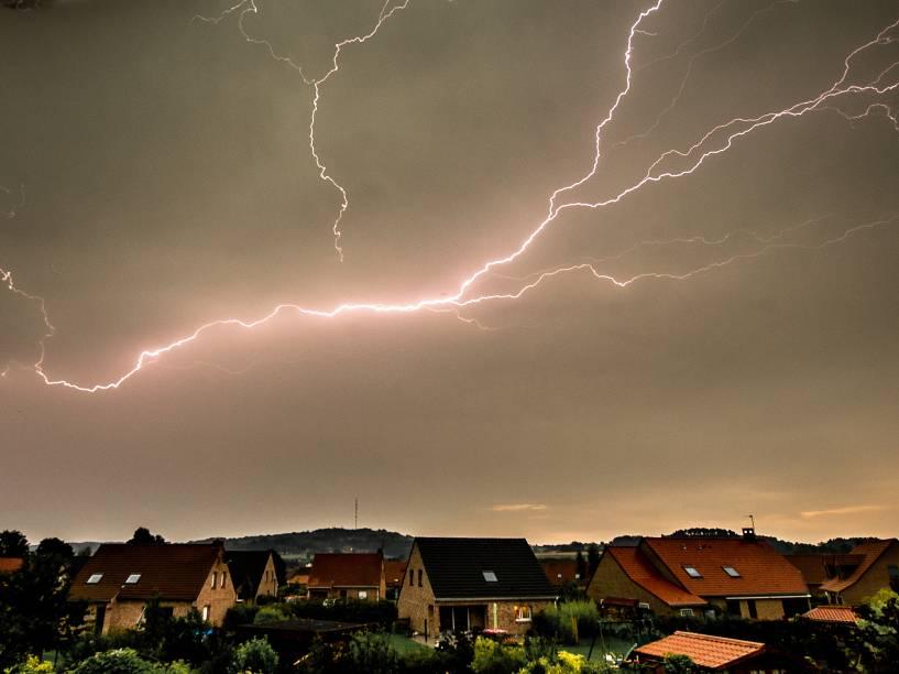 Raios cortam o céu da cidade de Godewaersvelde, na França.