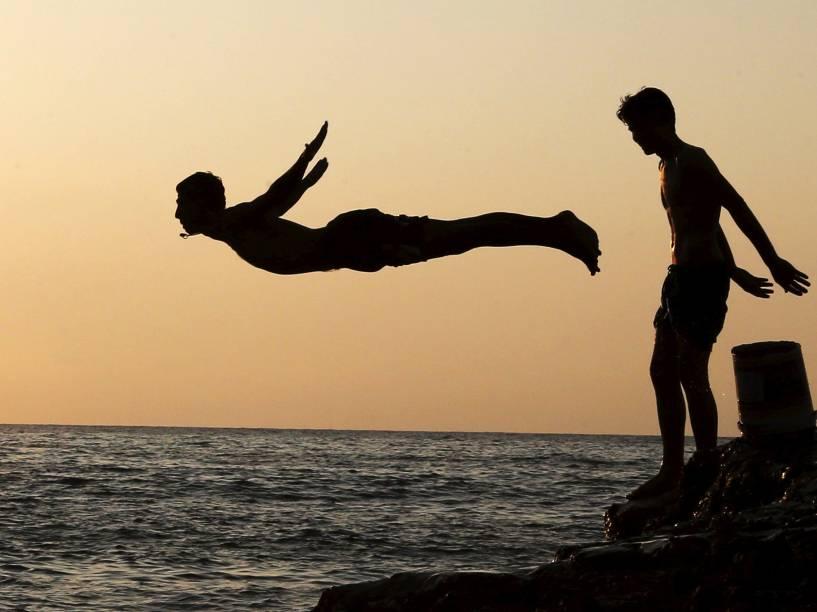 Homem mergulha no mar em Beirute, no Líbano - 13/08/2015