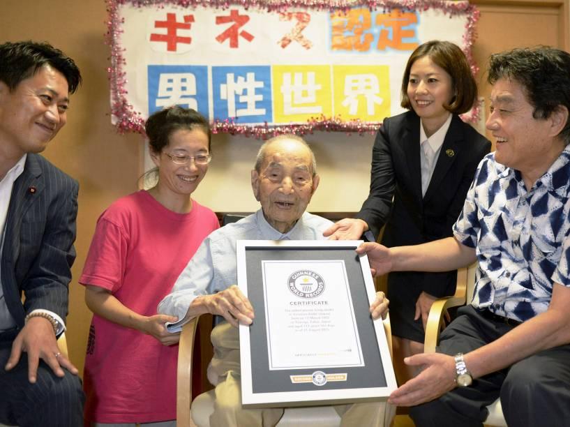 Em um lar de idosos em Nagoya, região central do Japão, Yasutaro Koide recebe certificado do Guinness World Records após ser reconhecido como o homem mais velho do mundo. Koide tem 112 anos e se tornou o homem mais velho do mundo depois da morte de Sakari Momo - 21/08/2015