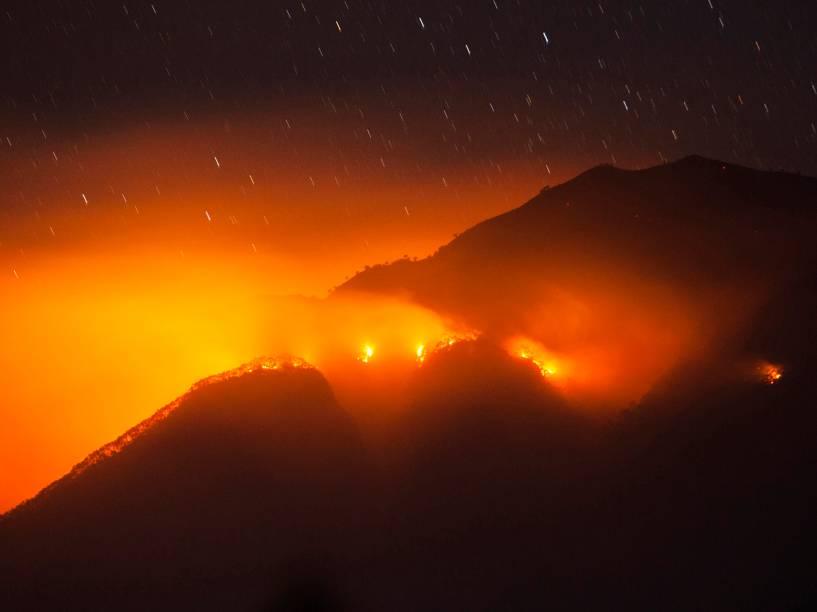 Foto tirada antes do amanhecer mostra chamas tomando a floresta no Monte Merbabu, na Indonésia. A região é afetada por uma seca que pode durar até o fim deste ano devido ao El Niño - 21/08/2015