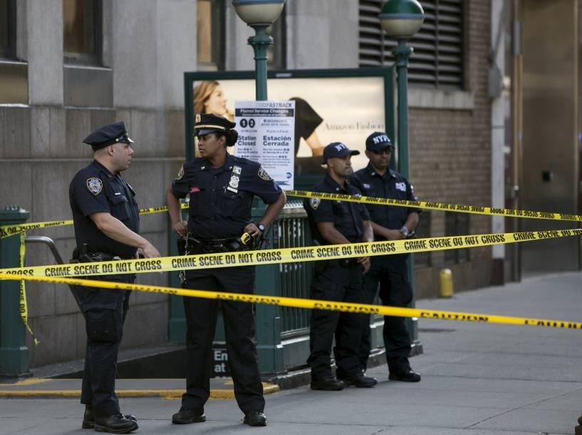 Polícia investiga local onde ocorreu um tiroteio em um prédio federal em Manhattan, Nova York. Uma pessoa foi morta e outra ferida gravemente - 21/08/2015