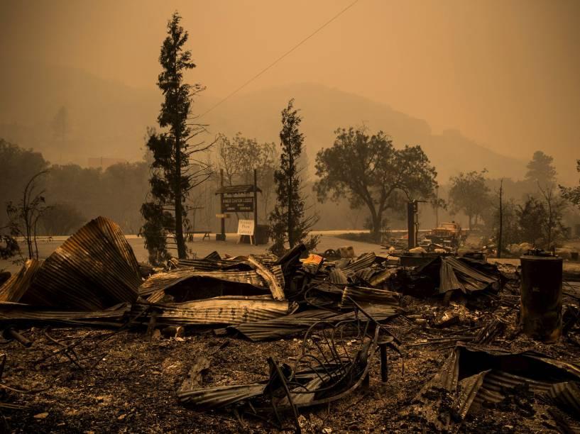 Chalés são destruídos pelas chamas após incêndio no Parque Nacional da Sequoia, Califórnia. O estado sofre sua pior seca, cerca de 2,500 pessoas foram forçadas a deixar um conjunto de acampamentos cristãos próximo a Fresno devido ao incêndio - 21/08/2015