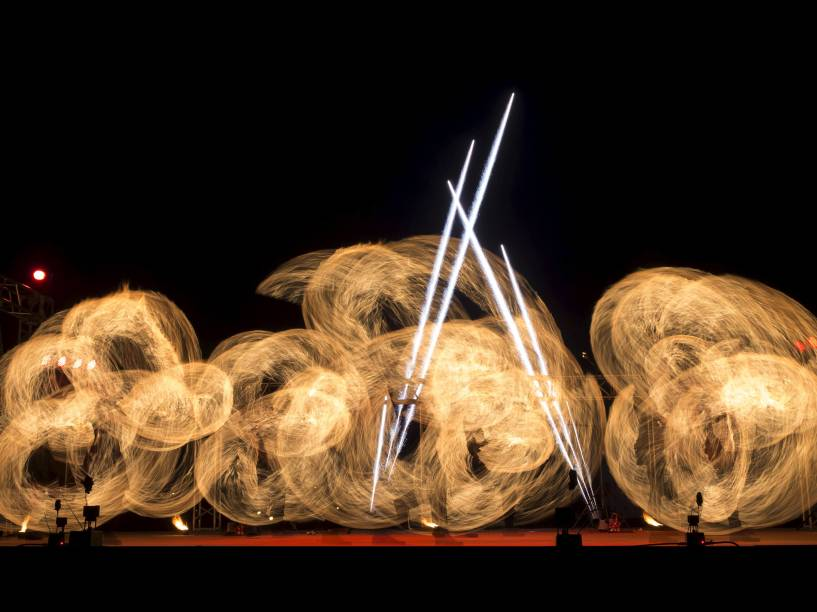 Artistas se apresentam durante o MIFF 2015, o festival internacional do fogo, em Ratomka, Bielorrússia